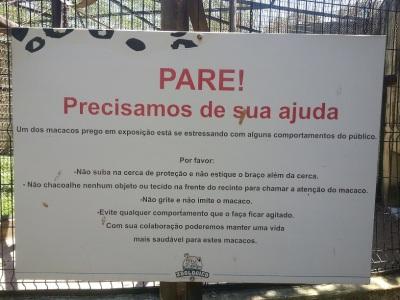 Placa alerta que os macacos vivem sob estresse constante. (clique na imagem para ampliar)